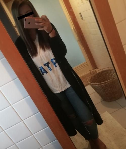 極上美少女がトイレで自分撮りしたおっぱい画像 1