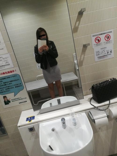 極上美少女がトイレで自分撮りしたおっぱい画像 3