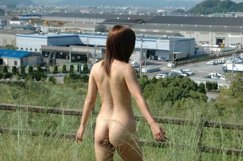 草原の中で野外露出してるヌード画像 3