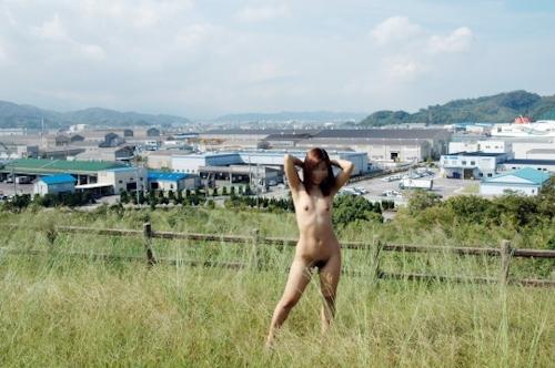 草原の中で野外露出してるヌード画像 5