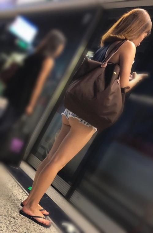 街中で見かけたハミ尻素人女性の画像 4