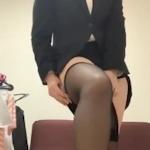 スーツ美女がストッキングを履いてる動画