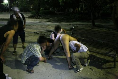 夜の公園で全裸になり男たちに触らせフェラしてる変態女性の画像 4