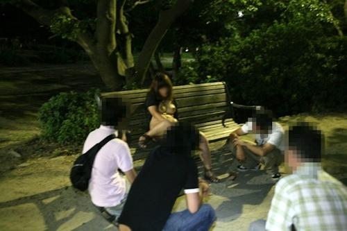 夜の公園で全裸になり男たちに触らせフェラしてる変態女性の画像 5