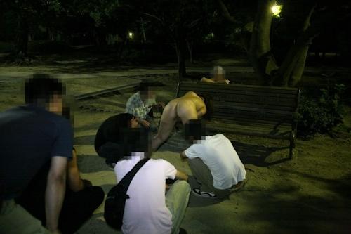 夜の公園で全裸になり男たちに触らせフェラしてる変態女性の画像 7