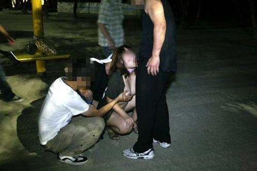 夜の公園で全裸になり男たちに触らせフェラしてる変態女性の画像 18