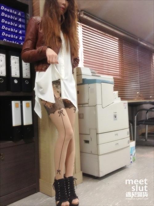 美脚な韓国素人女性の露出プレイ画像 1