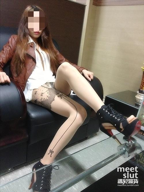 美脚な韓国素人女性の露出プレイ画像 3