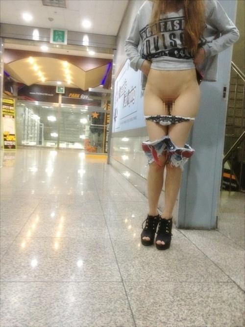 美脚な韓国素人女性の露出プレイ画像 11