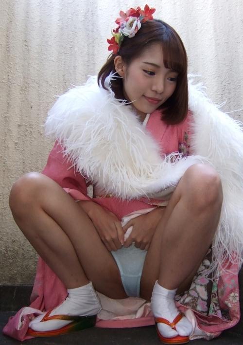 着物美女のM字開脚パンティ見せ画像 2