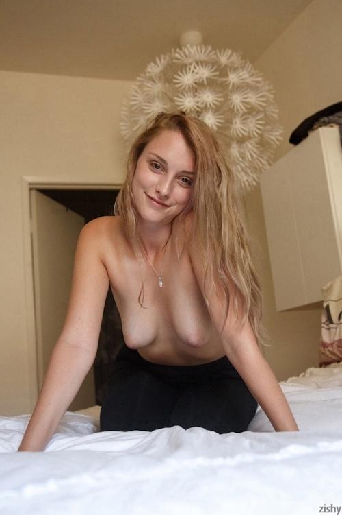 巨乳な金髪美女のトップレスヌード画像 9