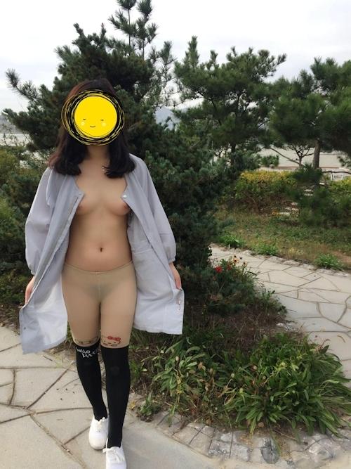 Dカップおっぱいの素人女性の野外露出ヌード画像 3