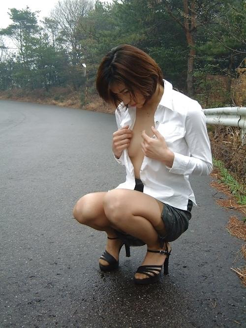 美乳な美人妻に野外露出させたヌード画像 1