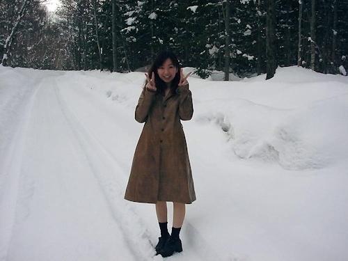雪の中で全裸になってる素人女性の野外露出ヌード画像 1