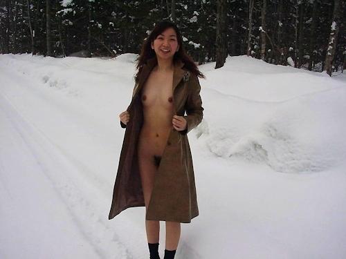 雪の中で全裸になってる素人女性の野外露出ヌード画像 4