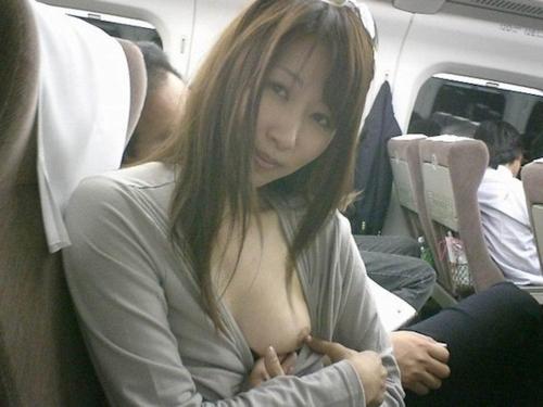 新幹線の中でおっぱいを露出しているきれいなお姉さんの画像 4