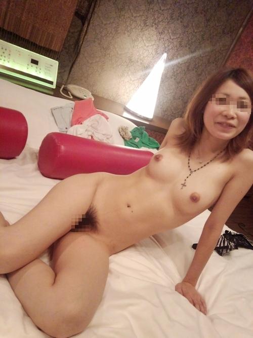 美乳な素人女性をホテルで撮影したヌード画像 17