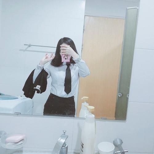 美乳な制服少女の自分撮りヌード画像 1