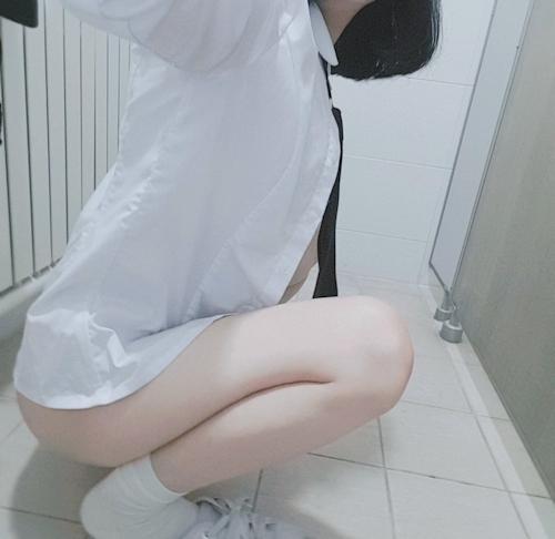 美乳な制服少女の自分撮りヌード画像 2