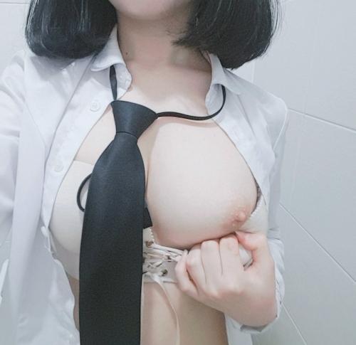 美乳な制服少女の自分撮りヌード画像 3