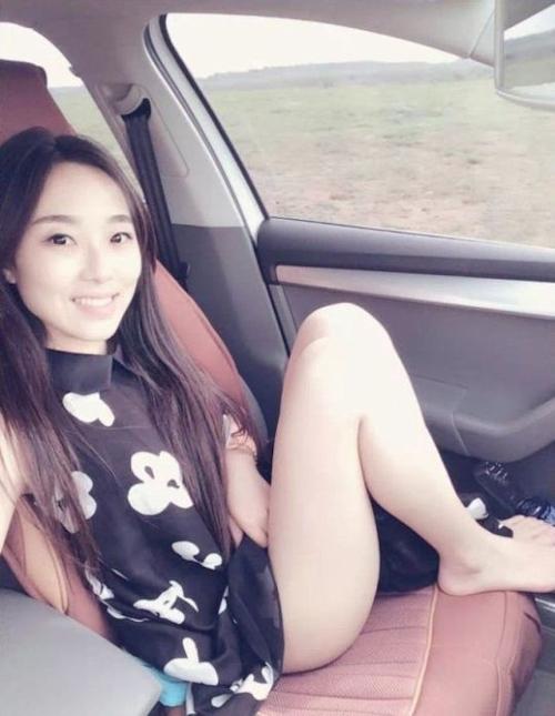 ドライブに行って車中で撮影したガールフレンドのヌード画像 2