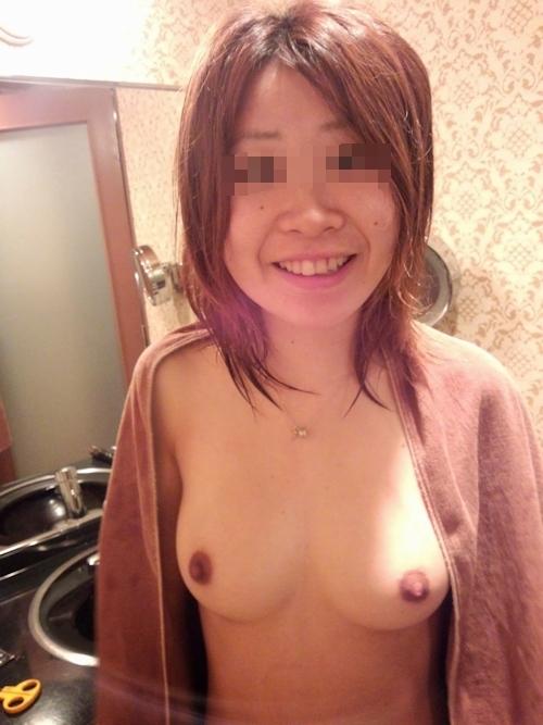 美乳な素人女性をホテルで撮影したヌード&ハメ撮り画像 2