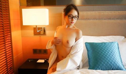 美巨乳メガネ美女のヌード画像 1