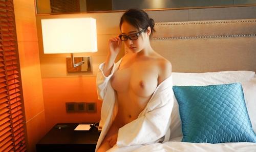 美巨乳メガネ美女のヌード画像 2