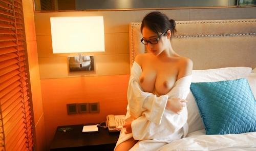 美巨乳メガネ美女のヌード画像 3