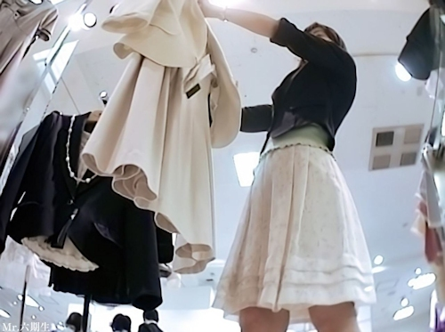 アパレルショップ美人店員を盗撮したパンティ画像 3