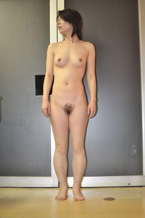 微乳な素人人妻のヌード画像 4