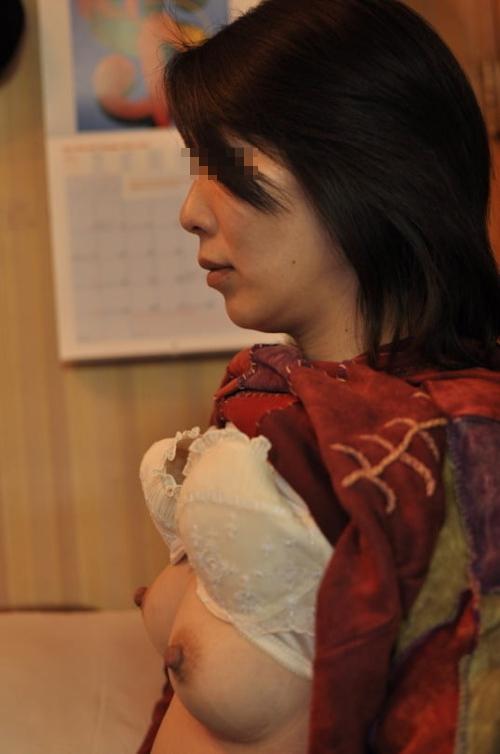 微乳な素人人妻のヌード画像 8