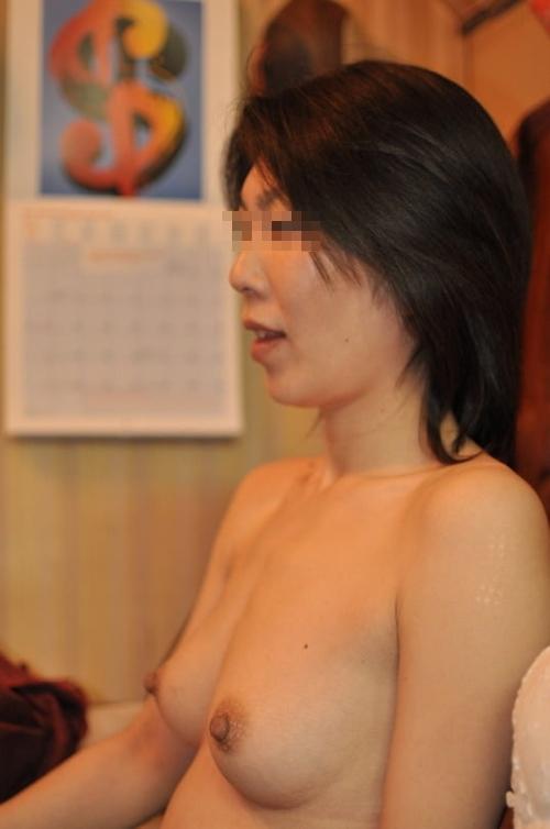 微乳な素人人妻のヌード画像 10