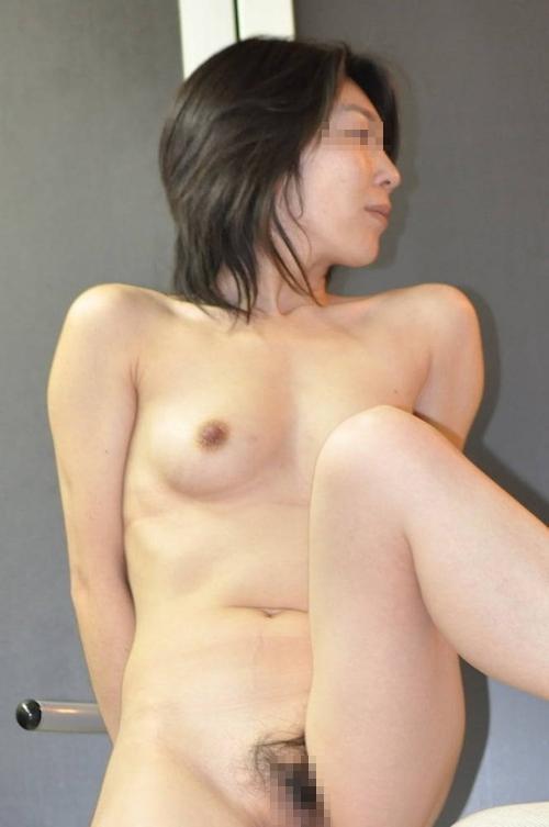 微乳な素人人妻のヌード画像 11
