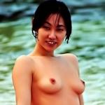 美乳な素人美女がビーチでトップレスになってる画像