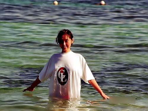 美乳な素人美女がビーチでトップレスになってる画像 1