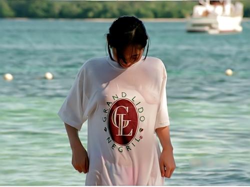 美乳な素人美女がビーチでトップレスになってる画像 3
