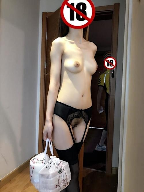 フードデリバリーを裸で受け取りるセクシー美女の画像 8