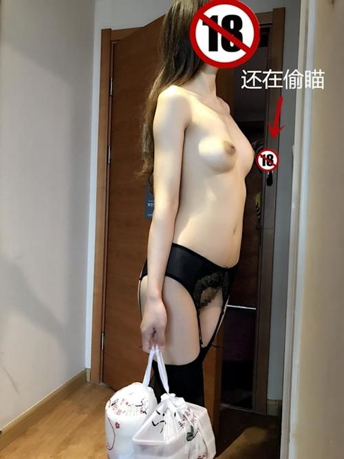 フードデリバリーを裸で受け取りるセクシー美女の画像 9