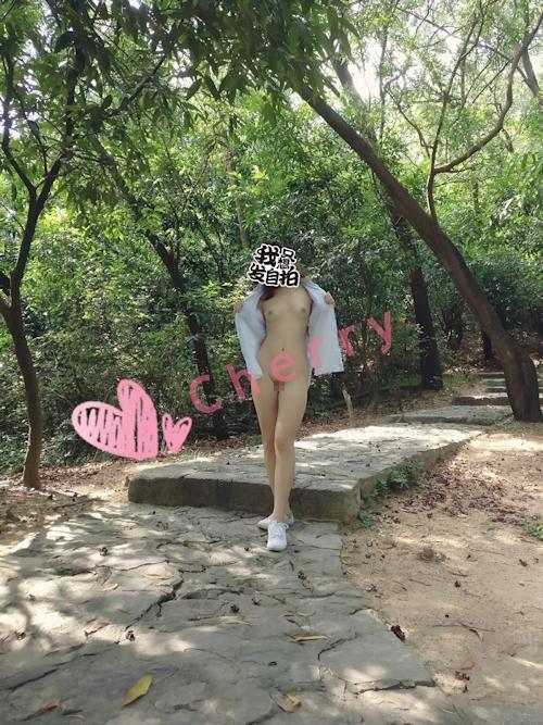 美乳&パイパンなきれいなお姉さんの野外露出ヌード画像 3