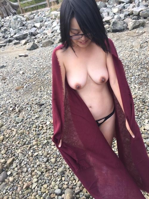 垂れ乳美人妻が海岸でおっぱいを露出してる画像 8
