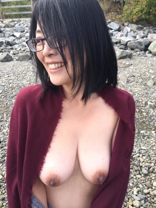 垂れ乳美人妻が海岸でおっぱいを露出してる画像 10