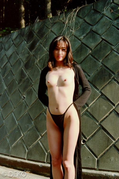 スレンダーな素人美女の野外露出ヌード画像 2