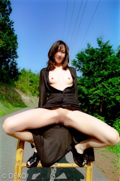 スレンダーな素人美女の野外露出ヌード画像 6