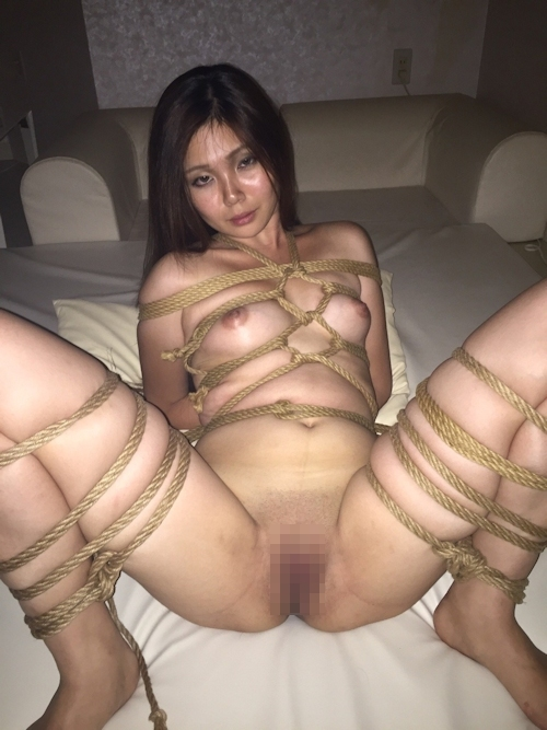 性奴隷にしてるスレンダー素人美女のヌード画像 16