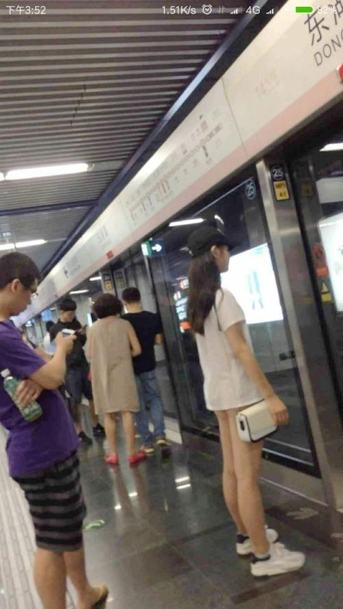 電車内の美脚美女がノーパンだった!?という画像 1