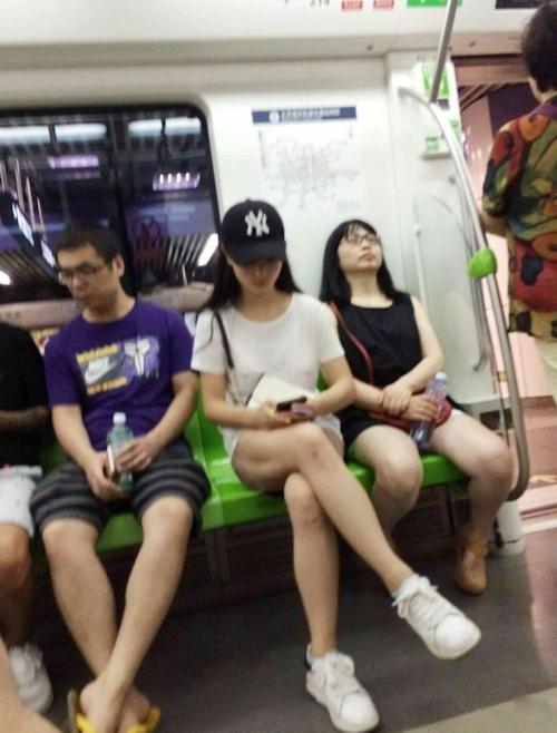 電車内の美脚美女がノーパンだった!?という画像 2