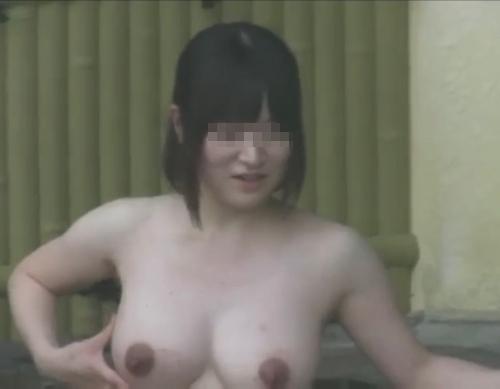 露天風呂で盗撮された?巨乳な素人美女のヌード画像 2