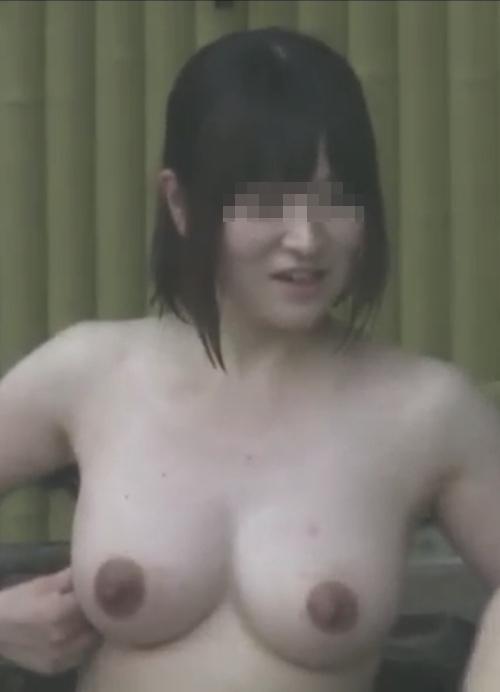 露天風呂で盗撮された?巨乳な素人美女のヌード画像 3