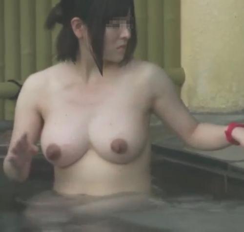 露天風呂で盗撮された?巨乳な素人美女のヌード画像 5
